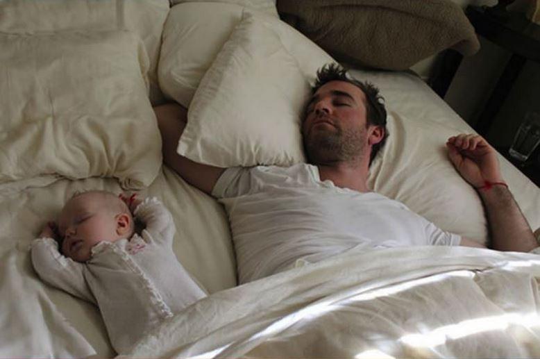 Мама заколисує малюка перед денним сном