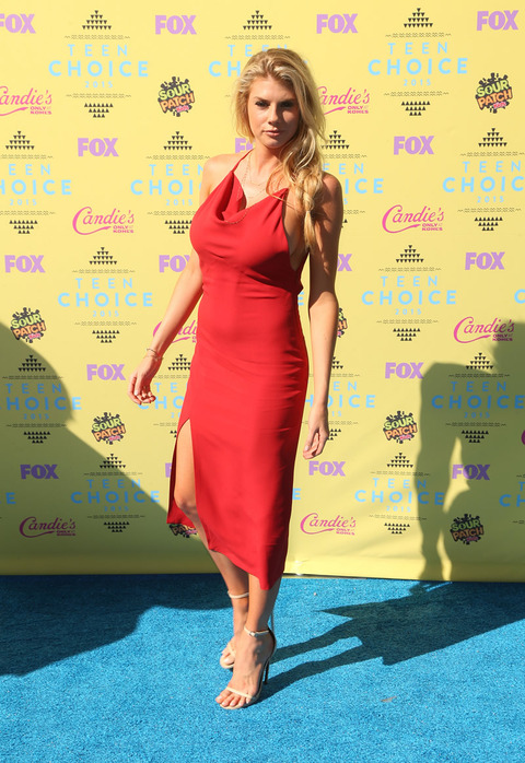 Charlotte Mckinney Showed Off Side Boob At The Teen Choice