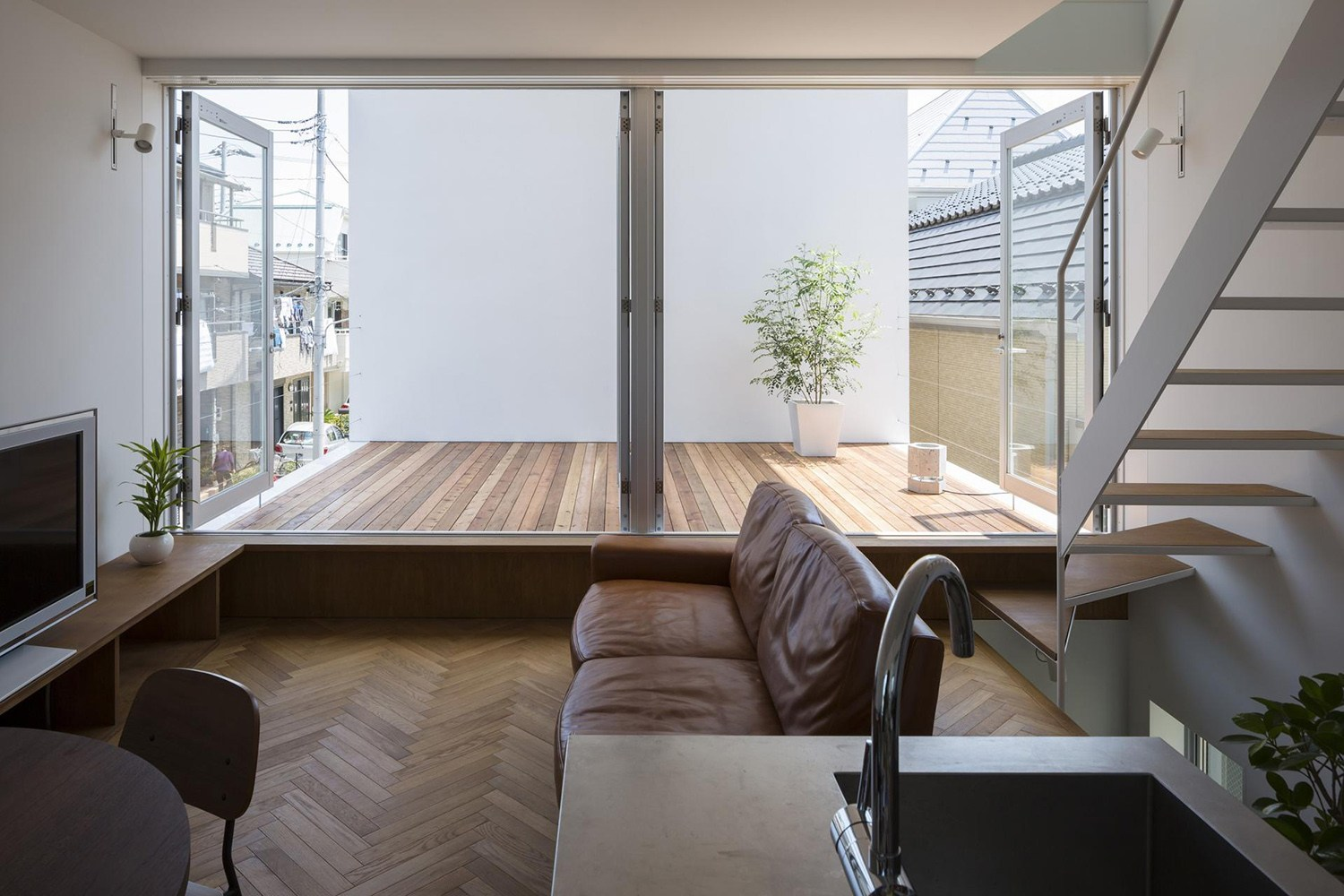 little_house_with_a_big_terrace_by_takuro_yamamoto_6.jpg